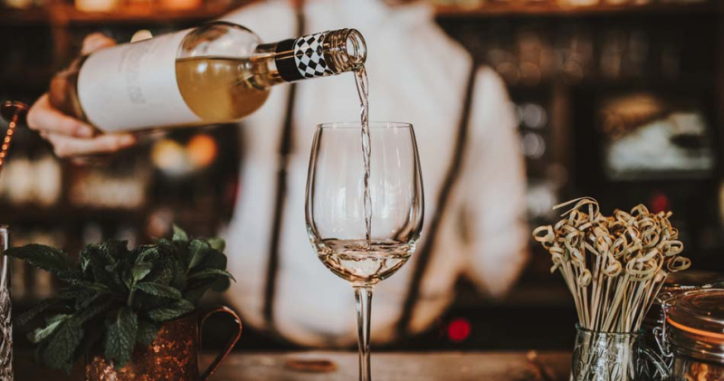 THE QUINTESSENTIAL GUIDE TO WINE SERVICE